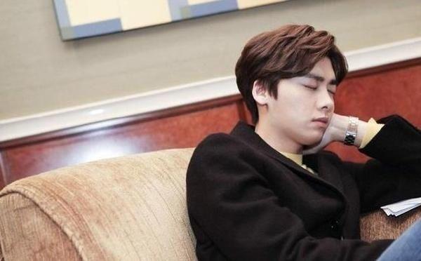 """Những khoảnh khắc """"khó đỡ"""" của sao C-biz khi ngủ (11)"""