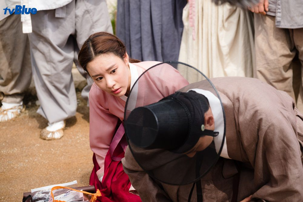 """Kim Ah Joong tái ngộ khán giả trong phim xuyên không """"Danh y Heo Im"""" (2)"""