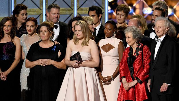 The Handmaid's Tale chiến thắng áp đảo tại Lễ trao giải Emmy 2017 (3)
