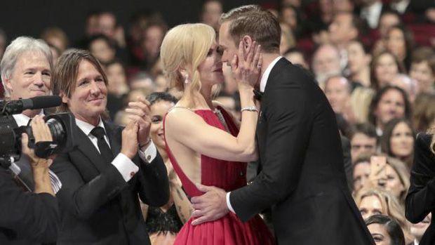 The Handmaid's Tale chiến thắng áp đảo tại Lễ trao giải Emmy 2017 (8)